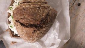 Polvere della farina da pane della pagnotta del malto e formaggio cremoso stock footage