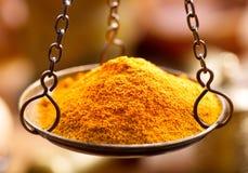 Polvere della spezia del curry nei pesi della ciotola Immagini Stock