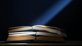 Polvere della tavola del libro nessuno metraggio scuro del hd del fondo stock footage