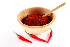 Polvere di Parika e un peperoncino rosso di tre colori rossi Fotografia Stock