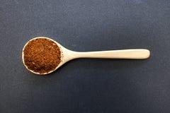 Polvere di peperoncino rosso caldo sul cucchiaio di legno immagini stock libere da diritti