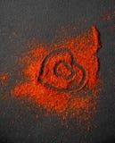 Polvere di peperoncino rosso con il simbolo del cuore Immagini Stock