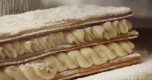 Polvere di Shugar che cade sul secondo livello di dolce della pasta sfoglia archivi video