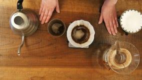 Polvere di versamento del caffè della depressione dell'acqua calda nel filtro video d archivio