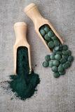 Polvere e compresse di alghe di Spirulina immagini stock