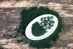 Polvere e compresse di alghe di Spirulina fotografia stock libera da diritti