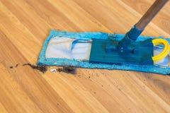 Polvere e sporcizia sul pavimento e sulla pulizia  fotografia stock