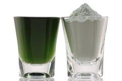 Polvere fine della clorofilla e misto con acqua fotografia stock
