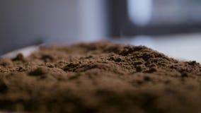Polvere fresca del caffè macinato video d archivio
