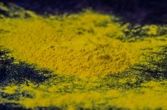 Polvere gialla della curcuma della spezia su un bordo di legno fotografia stock libera da diritti