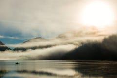 Polvere mistica sopra il lago austriaco delle alpi Immagine Stock Libera da Diritti