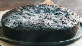 Polvere molto grande del dolce del brownie del cioccolato sulla cima con zucchero a velo bianco video d archivio