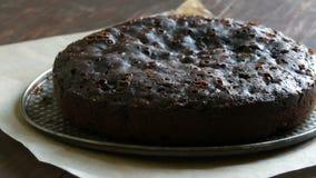 Polvere molto grande del dolce del brownie del cioccolato sulla cima con zucchero a velo bianco archivi video