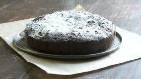 Polvere molto grande del dolce del brownie del cioccolato sulla cima con zucchero a velo bianco stock footage