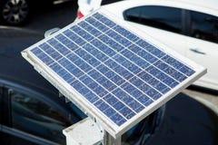 Polvere sporca sui pannelli fotovoltaici solari immagini stock