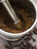 Polvere a terra del chiodo di garofano in un pestello ed in un mortaio Immagini Stock