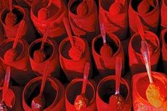 Polveri rosse e gialle di tika in un servizio indiano Fotografia Stock Libera da Diritti