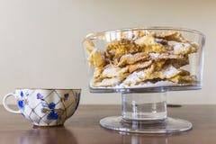 Polvilhe com o açúcar pulverizado, placa fritada da massa do shortcake Culinária polonesa e lituana da sobremesa - o anjo do fawo Fotos de Stock