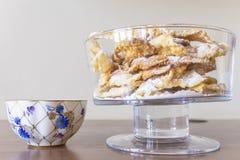 Polvilhe com o açúcar pulverizado, placa fritada da massa do shortcake Culinária polonesa e lituana da sobremesa - o anjo do fawo Imagens de Stock