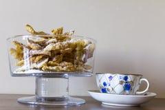 Polvilhe com o açúcar pulverizado, placa fritada da massa do shortcake Culinária polonesa e lituana da sobremesa - o anjo do fawo Fotos de Stock Royalty Free