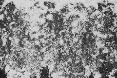 polvilhe a farinha de trigo no fundo de madeira do preto escuro, vista superior para foto de stock