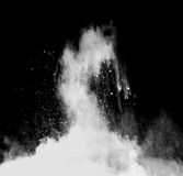 Polvo blanco en fondo negro Imagen de archivo libre de regalías