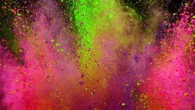 Polvo colorido que estalla en fondo negro en la c?mara lenta estupenda almacen de metraje de vídeo