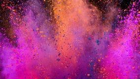 Polvo colorido que estalla en fondo negro en la c?mara lenta estupenda almacen de video