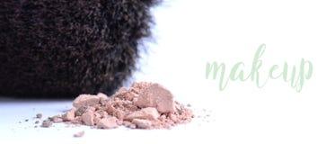 Polvo cosmético con el cepillo del maquillaje en el fondo blanco Imagen de archivo libre de regalías