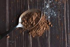 Polvo de cacao en una cuchara Imagen de archivo libre de regalías