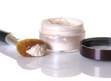 Polvo de cara y cepillo del maquillaje Fotos de archivo libres de regalías