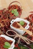 Polvo de chile y pimientas secadas en el fondo de madera Imagen de archivo libre de regalías