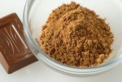 Polvo de Guarana y un chocolate del pedazo foto de archivo libre de regalías