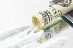 Polvo de la droga de la cocaína y rodado encima del billete de dólar de los E.E.U.U. para oler Imágenes de archivo libres de regalías