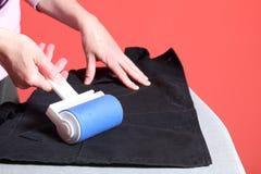 Polvo de la limpieza con el rodillo de la pelusa Fotografía de archivo