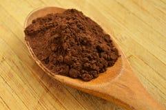 Polvo de madera de la cuchara y de cacao Imagen de archivo libre de regalías