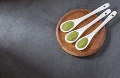 Polvo de Moringa en tres cucharas Fotos de archivo