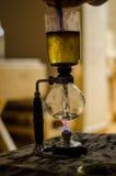 Polvo del café en el filtro Imagenes de archivo