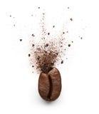 Polvo del café estallado del grano de café Foto de archivo libre de regalías