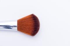 Polvo del cepillo del maquillaje aislado en el fondo blanco Foto de archivo libre de regalías