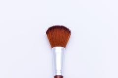 Polvo del cepillo del maquillaje aislado en el fondo blanco Imagenes de archivo