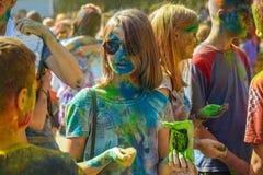Polvo del color del control de la chica joven Fotografía de archivo libre de regalías