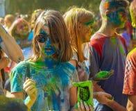 Polvo del color del control de la chica joven Imagen de archivo libre de regalías