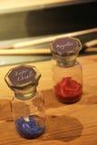 Polvo del color en botellas Imagen de archivo