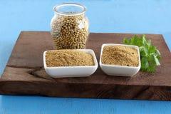 Polvo del coriandro en cuencos y semillas y hojas de cerámica de coriandro imágenes de archivo libres de regalías
