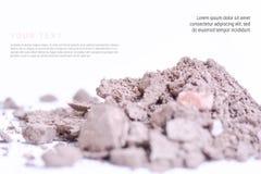 Polvo del maquillaje con el texto aislado en el fondo blanco Concepto de la página del aviador, de la bandera o del catálogo Fotografía de archivo