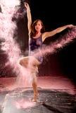 Polvo del rosa de la actitud del ballet de Contemporay Foto de archivo