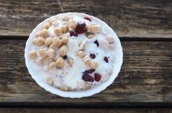 Polvo del trigo con el yogur Imagen de archivo