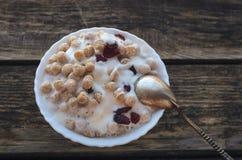 Polvo del trigo con el yogur Imagen de archivo libre de regalías