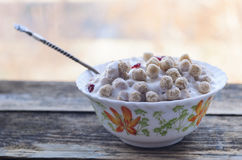 Polvo del trigo con el yogur Imágenes de archivo libres de regalías